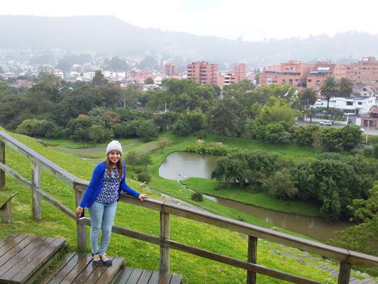 Mujer en parque de cuenca